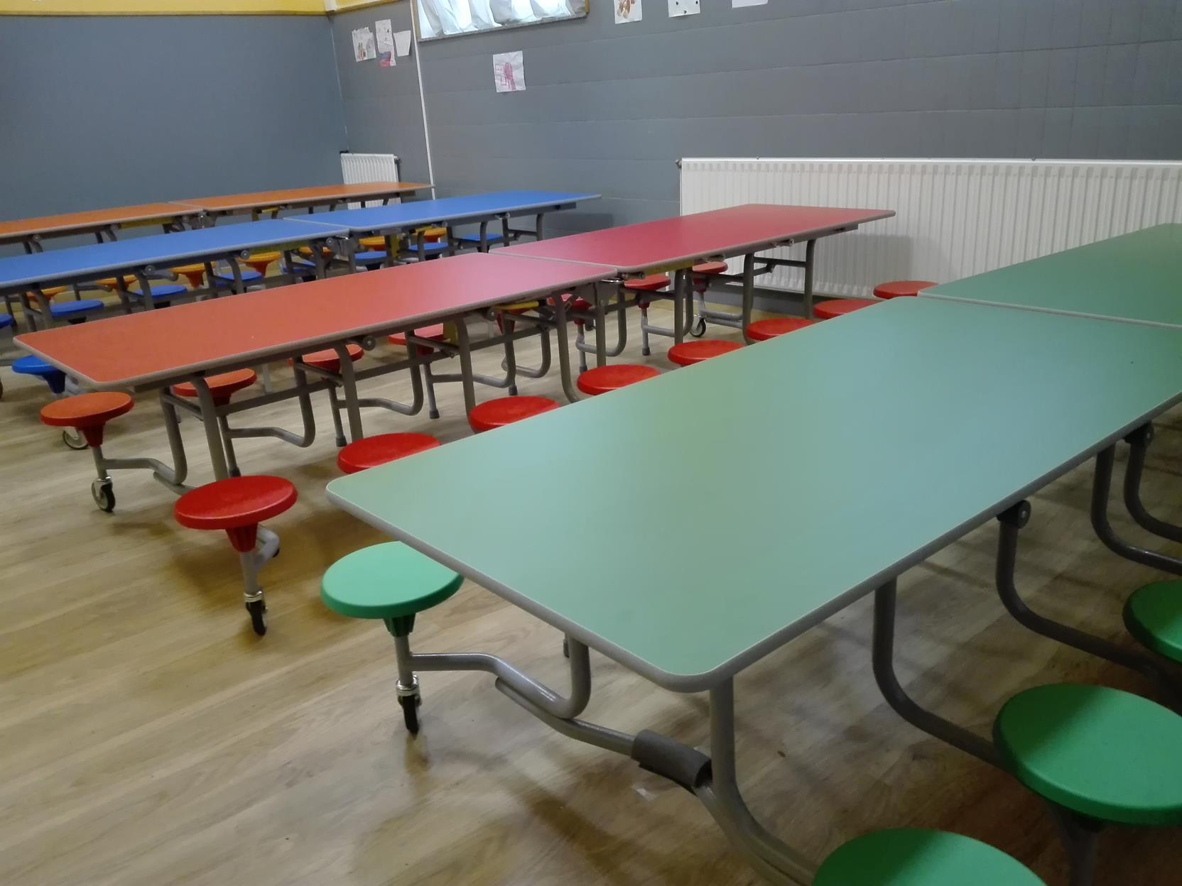 Estrenamos mobiliario de comedor para los ni os de for Mesas comedor colegio